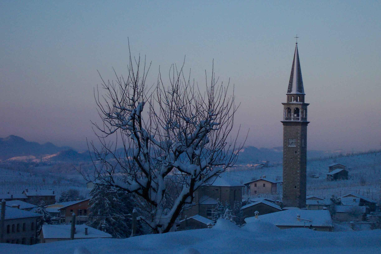 Vista campanile con neve